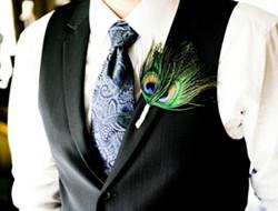 奢华盛宴上的孔雀羽毛胸花
