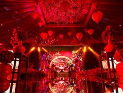 大红喜庆中式婚礼布置现场