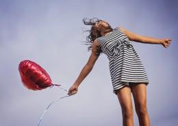 拿着气球的女孩图片(11张)