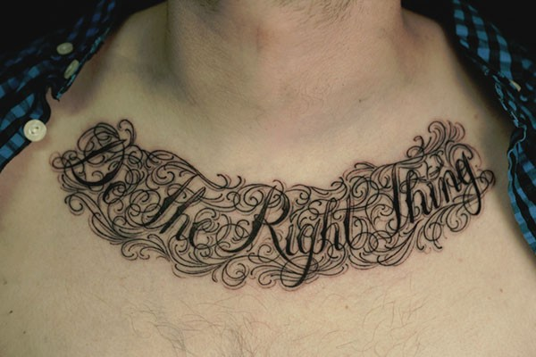 男人胸部时尚帅气的英文纹身