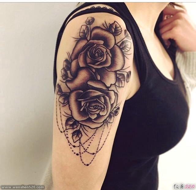 女性右手臂上黑色玫瑰花纹身图片-26abc图片大全图片