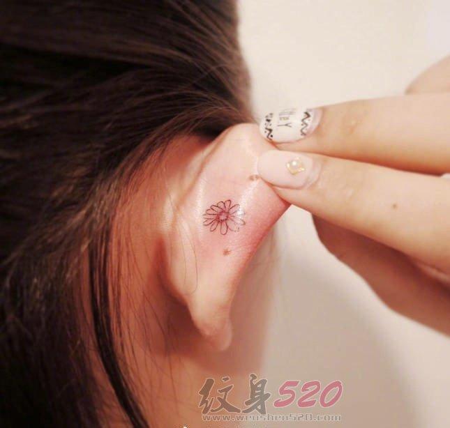 女生耳朵上黑色线条简约可爱小图案纹身图案