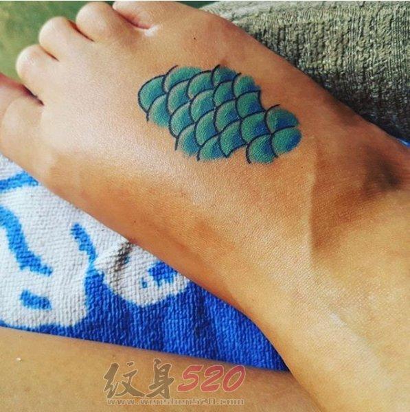 女生脚背上彩绘水彩文艺小清新树叶纹身图案