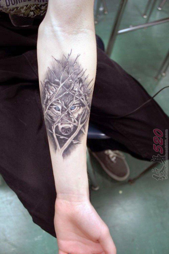 男生手臂上黑色素描几何元素狼头纹身图片