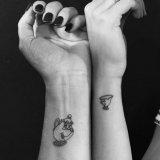 闺蜜手臂上黑色素描创意小图案纹身图片