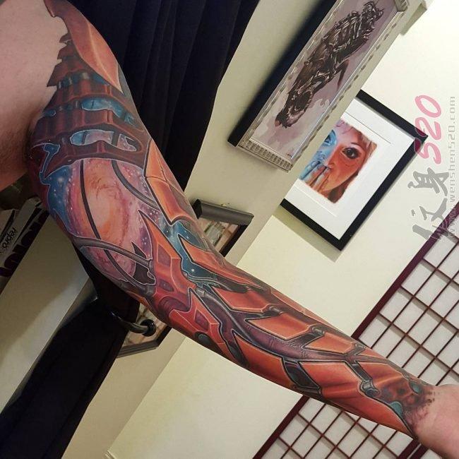 男生手臂上彩绘水彩创意个性霸气花臂纹身图案