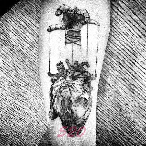 男生手臂上黑色素描点刺技巧创意心脏纹身图片