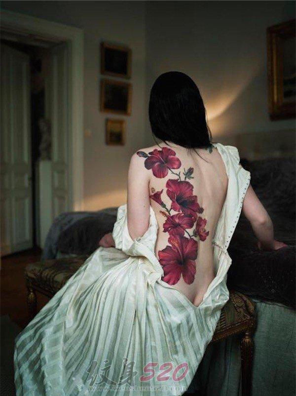 女生背部彩绘水彩创意花朵纹身图片