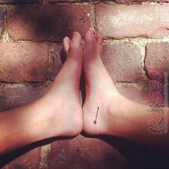 女生脚部黑色线条几何元素箭纹身图片