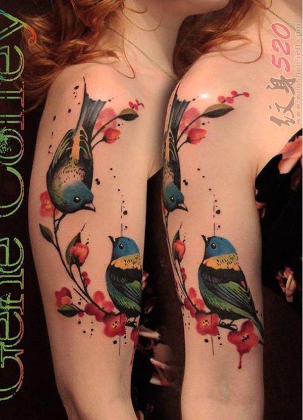 女生手臂上彩绘水彩创意个性小鸟和花朵纹身图片