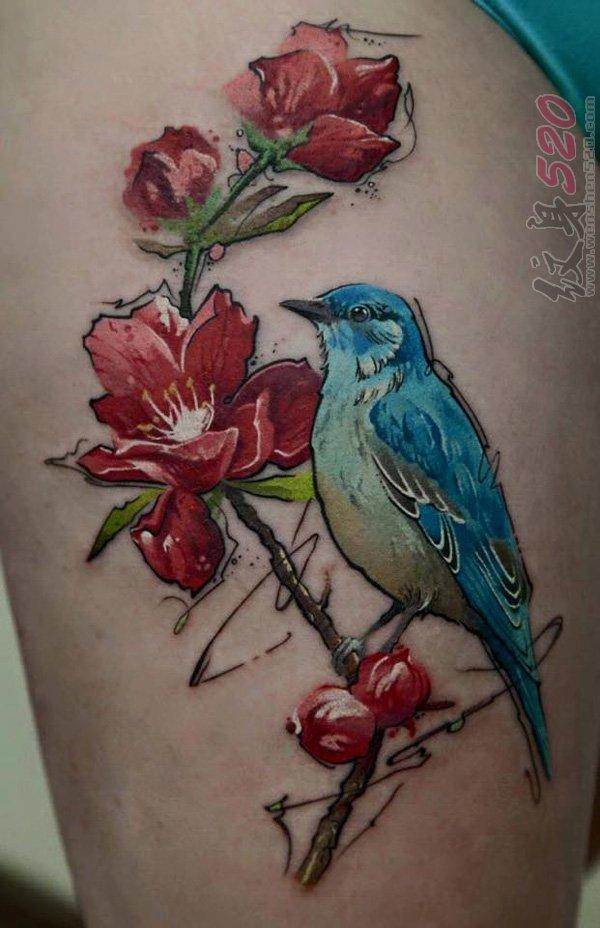 女生大腿上彩绘水彩创意小鸟和花朵纹身图片