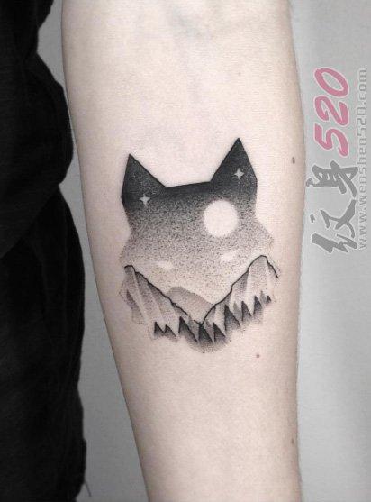 女生手臂上黑色素描点刺技巧创意狐狸头纹身图片