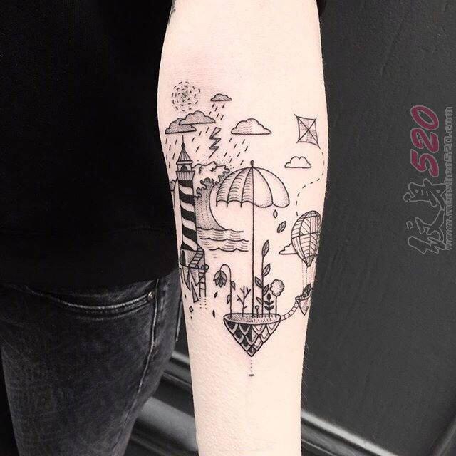 女生手臂上黑色线条素描创意天空城纹身图片