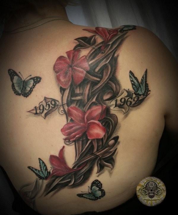 背部3d纪念花卉与日期和蝴蝶纹身图案
