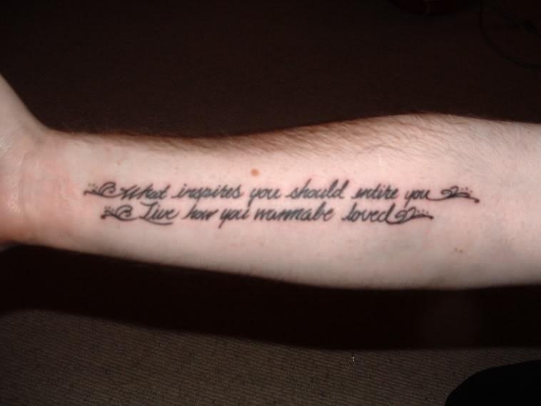 手臂上简单的两条字母纹身图案图片