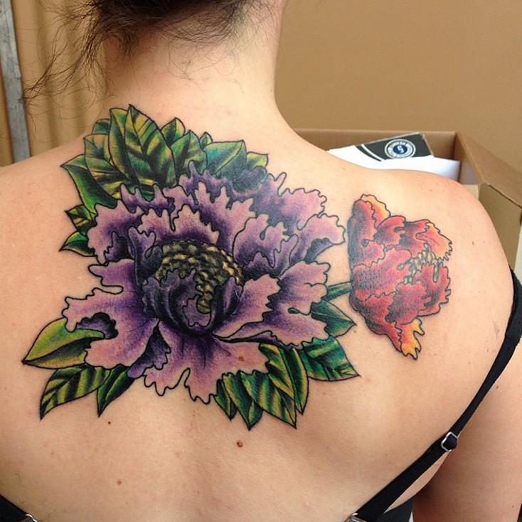 背部色彩艳丽的牡丹花纹身图案