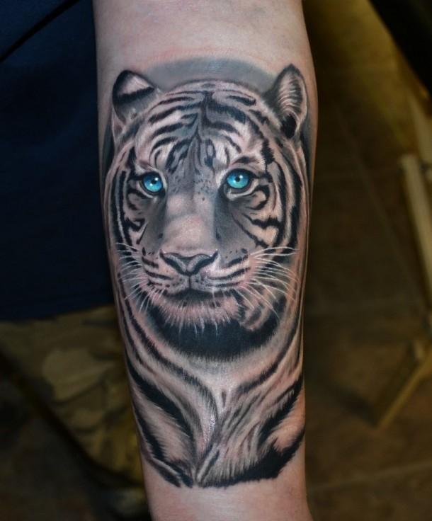 微笑的老虎头像与蓝眼睛手臂纹身图案