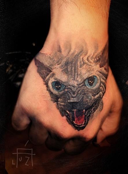 手部纹身         一只黑色的猫手背纹身图案         背部黑色线条点