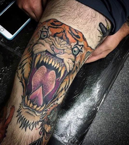 彩色咆哮虎纹身图案