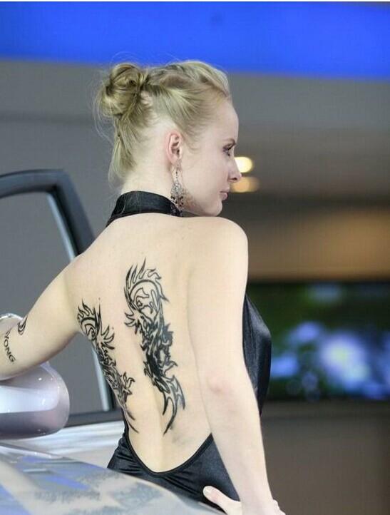 欧美美女车模后背龙图腾纹身图案