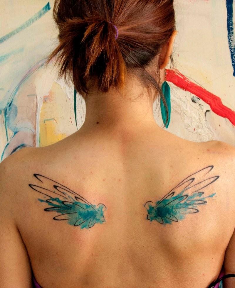 背部彩色翅膀纹身图案