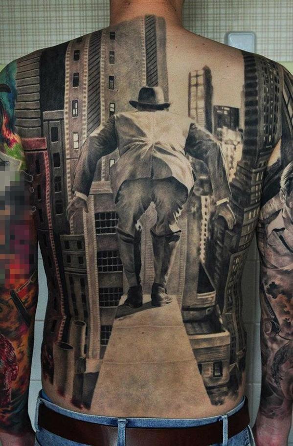 男生满背黑灰点刺建筑和人物肖像纹身图片图片
