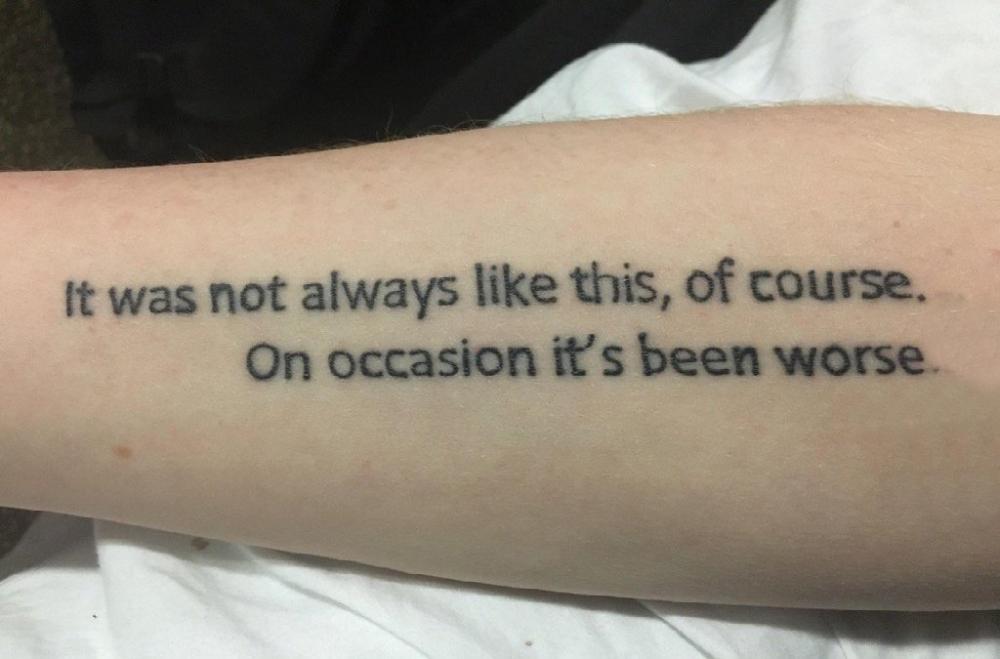 男生手臂上黑色线条经典有意义英文纹身图片
