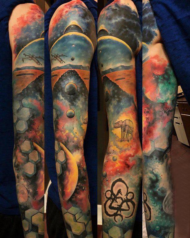 手臂纹身素材 男生手臂上彩色的风景纹身图片