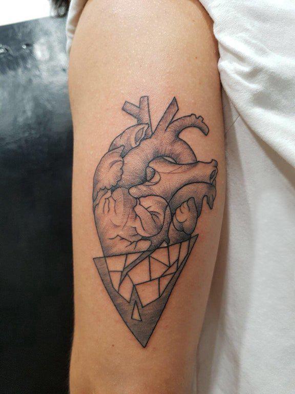 手臂纹身素材 女生手臂上三角形和心脏纹身图片