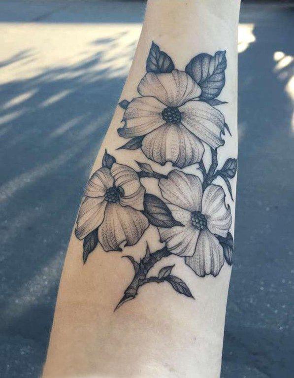 手臂纹身图片 女生手臂上黑色的花朵纹身图片