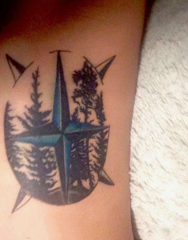 手臂纹身图片 女生手臂上树和指南针纹身图片