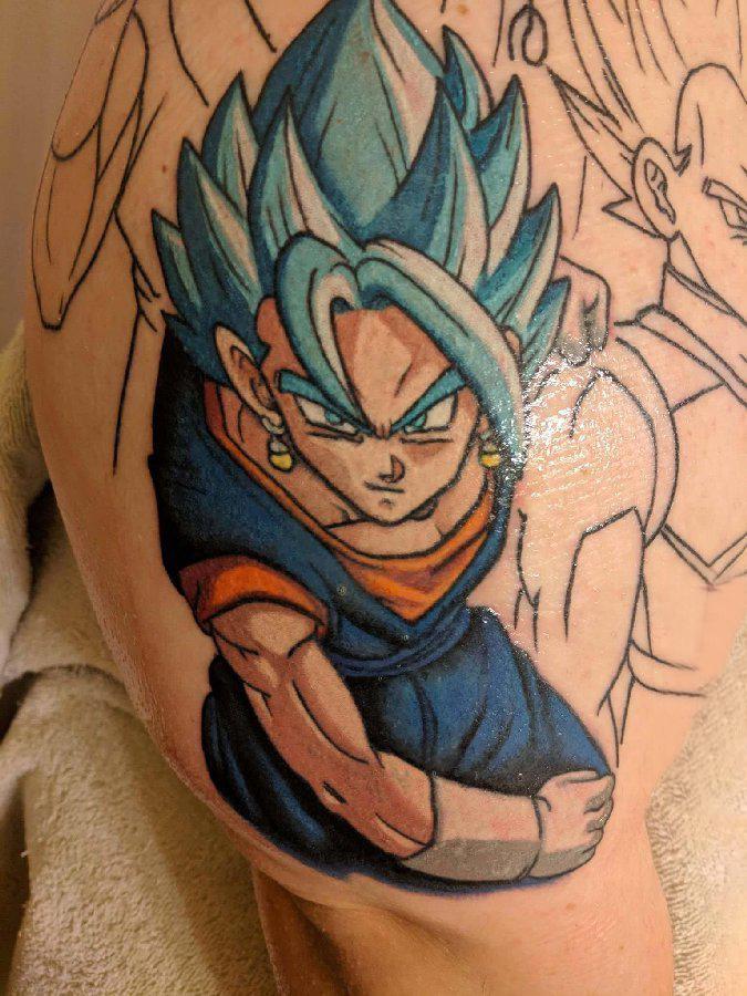 纹身大腿男 男生大腿上彩色的超级赛亚人纹身图片