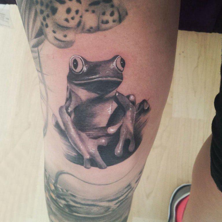 小动物纹身 男生小腿上黑色的青蛙纹身图片