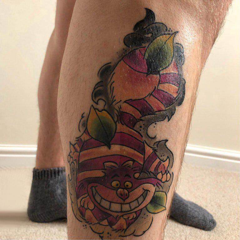 小动物纹身 男生小腿上叶子和笑脸猫纹身图片