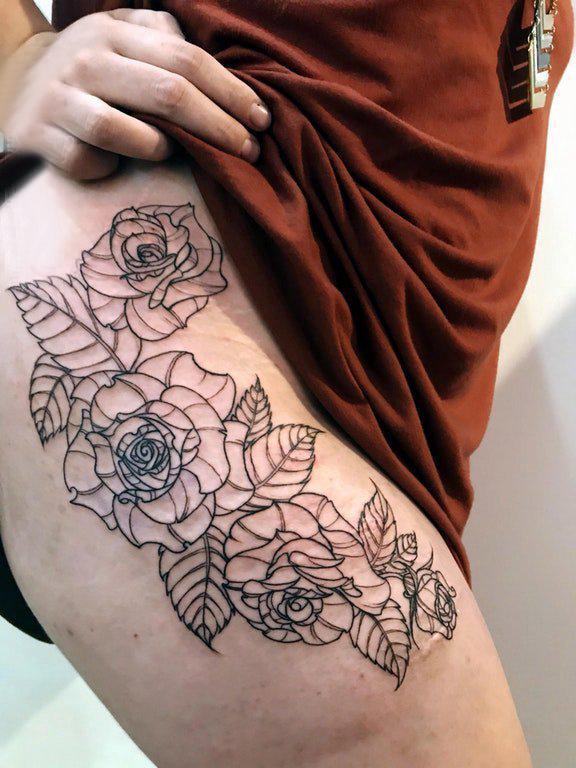纹身图案花朵 女生大腿上极简的花朵纹身图片
