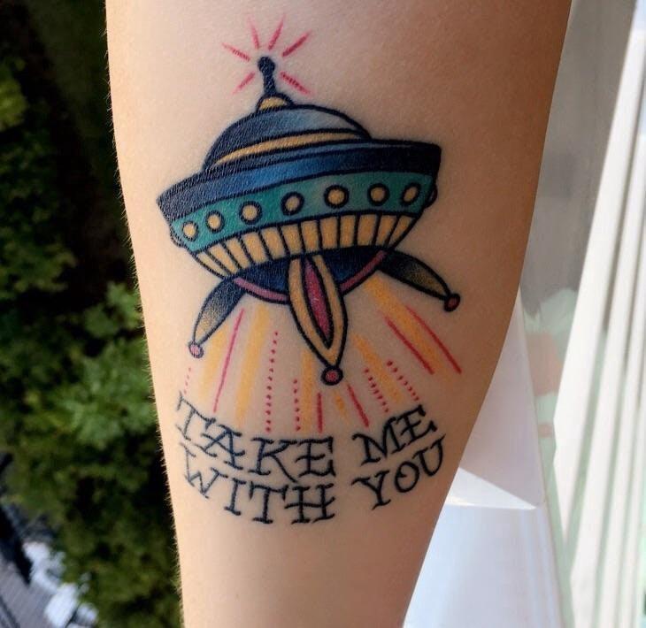 纹身腿部  女生腿部飞船和英文纹身图片