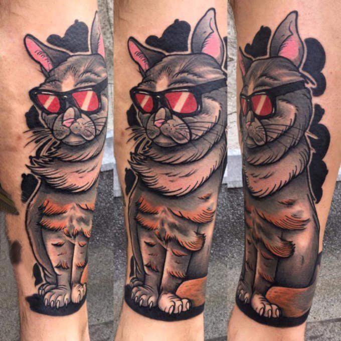 小猫咪纹身 男生小腿上彩色的小猫咪纹身图片