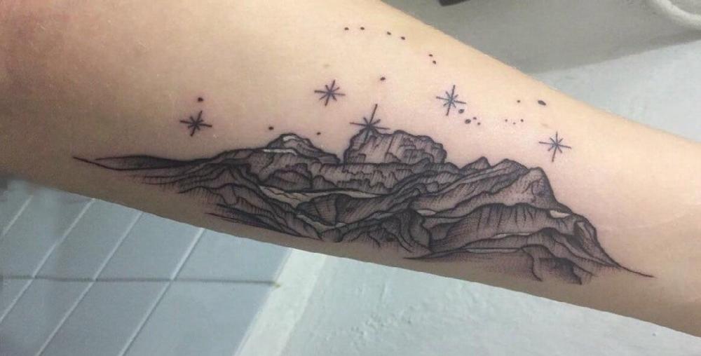 小山峰纹身  女生手臂上黑灰的小山峰纹身图片