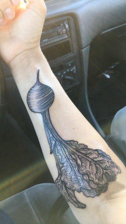 植物纹身 女生手臂上黑色的萝卜纹身图片
