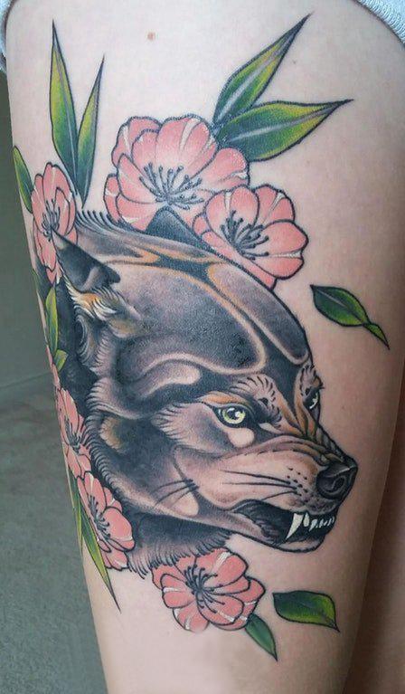 大腿纹身图女 女生大腿上花朵和狼头纹身图片