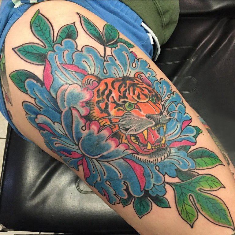 花朵和老虎纹身图案  女生大腿上花朵和老虎纹身图片