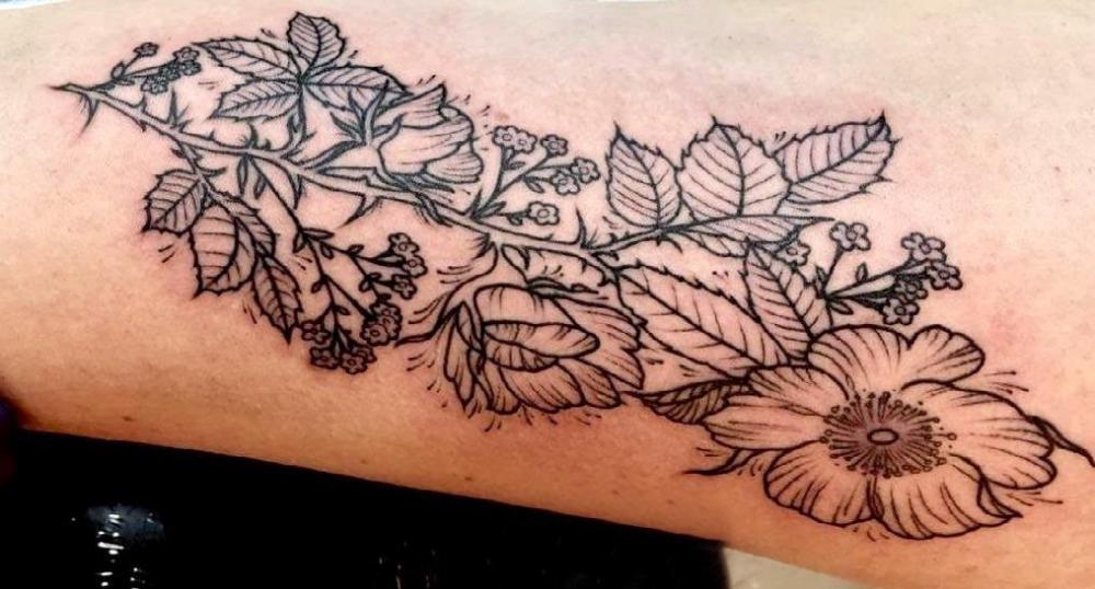 花卉纹身图案 女生手臂上小清新的花卉纹身图片