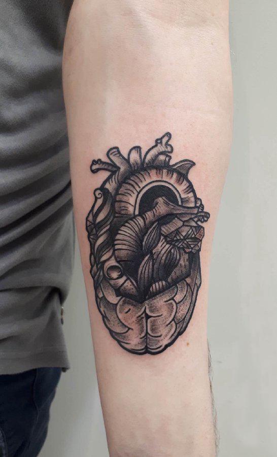 机械心脏纹身图案 男生手臂上黑色的心脏纹身图片