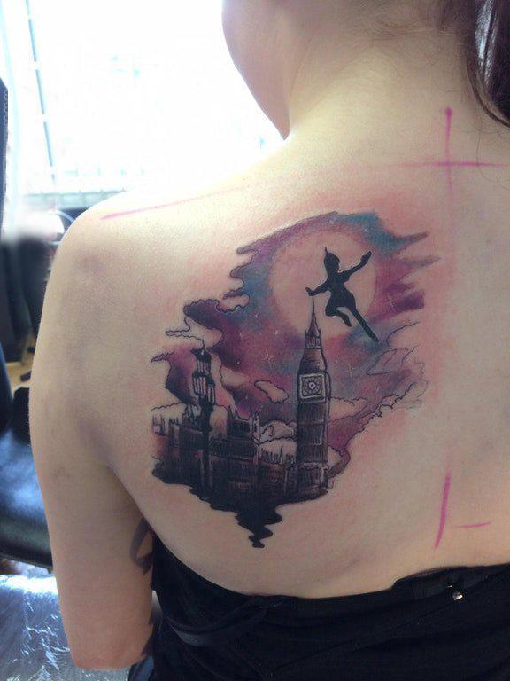 女生后背纹身图 女生后背上小精灵和建筑物纹身图片