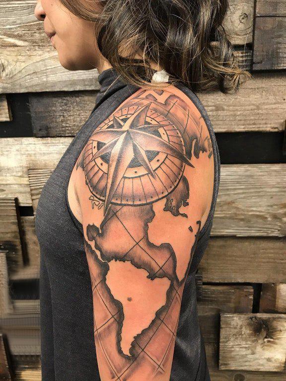大臂纹身图 女生大臂上地图和指南针纹身图片