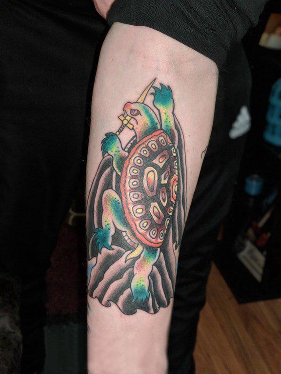 龟纹身 男生手臂上匕首和乌龟纹身图片