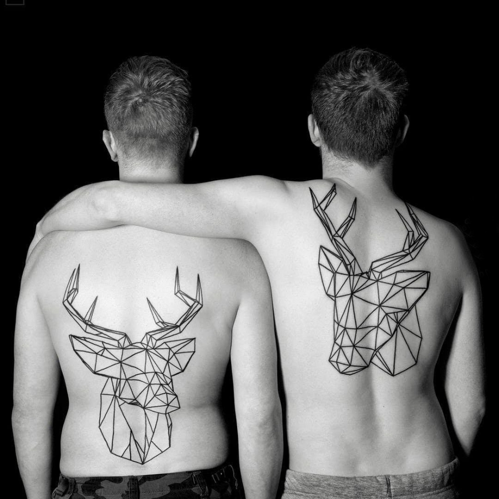 几何动物纹身 男生后背上黑色的鹿纹身图片