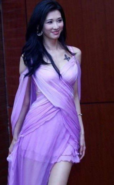 林志玲的纹身  明星胸上黑色的蝴蝶纹身图片