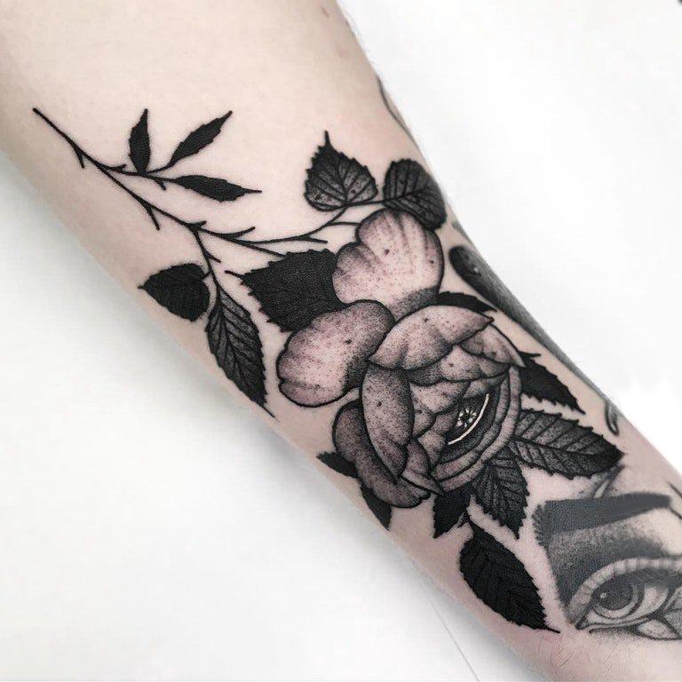 玫瑰纹身图 女生手臂上黑色的玫瑰纹身图片