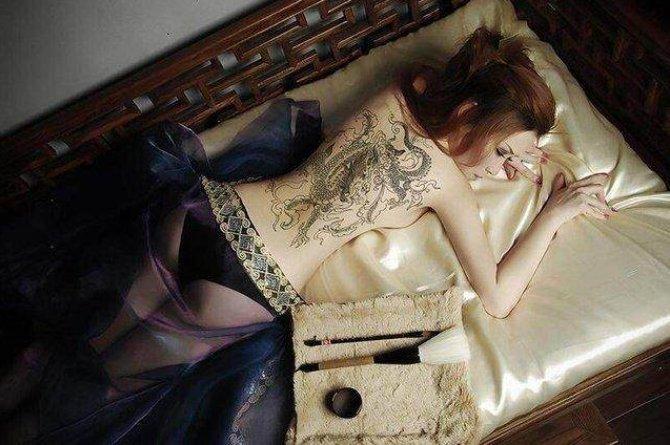 戚薇纹身图  明星满背彩绘的龙纹身图片
